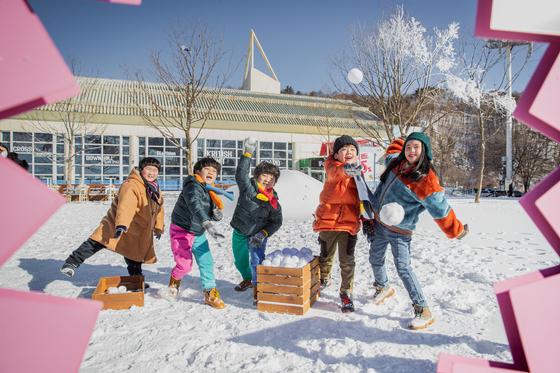 휘닉스 평창 '스노우 빌리지'에서 눈 놀이를 즐기는 어린이들 모습. 설 연휴 소띠 해 고객과 한복 입은 어린이는 무료로 입장할 수 있다. [사진 휘닉스 호텔앤드리조트]