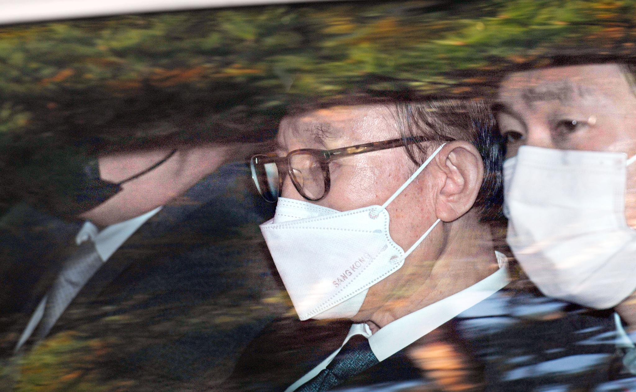지난해 11월 22일 이명박 전 대통령이 서울 동부구치소로 수감되기 위해 서울 논현동 사저를 떠나고 있다. 중앙포토