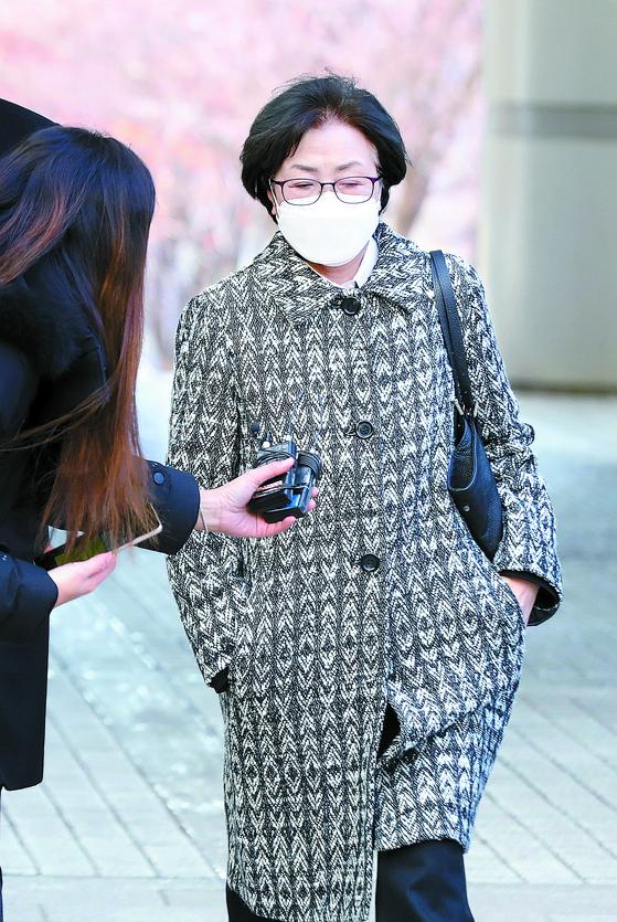 '환경부 블랙리스트' 사건으로 재판에 넘겨진 김은경 전 환경부 장관이 9일 서울중앙지법에서 열린 1심에서 징역 2년6 월을 선고받고 법정 구속됐다. 김 전 장관이 이날 법원에 들어서고 있다. [뉴시스]