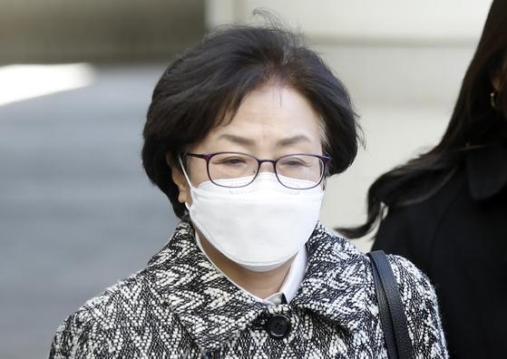 김은경 전 환경부 장관이 9일 '환경부 블랙리스트' 관여 혐의 1심 선고를 받기 위해 서울중앙지방법원으로 향하고 있다. 뉴시스
