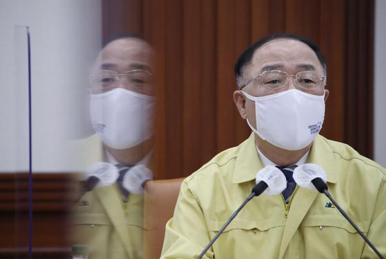 '두꺼운 지원'선택적 지불을 견뎌온 홍남기