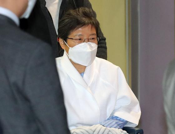 백발과 안경, 영-한 사전 외모 … 박 전 대통령 2 년 9 개월 만에 체포