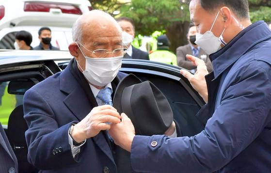 전두환씨가 5.18 헬기 사격을 목격한 고(故) 조비오 신부의 명예를 훼손한 혐의의 재판을 받기 위해 지난해 11월 30일 광주 동구 광주지방법원 법정동으로 들어가고 있다. [뉴시스]