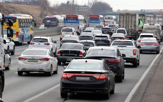 설 연휴를 하루 앞둔 10일 충남 천안 망향휴게소(부산 방향) 인근에서 차량들이 통행하고 있다. 연합뉴스