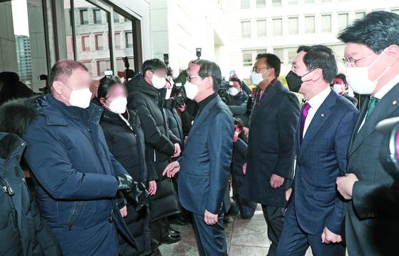 지난 5일 김명수 대법원장을 항의 방문한 국민의힘 의원들이 대법원 청사 현관에서 자신들을 막은 경호진에게 항의하고 있다. 오른쪽 끝부터 장제원·김기현·유상범·김도읍 의원. [뉴스1]
