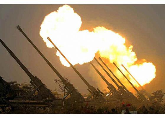 지난해 3월 9일 북한군이 실시한 전선 장거리포병부대 '화력타격훈련'에서 170㎜ 자주포가 일제히 발사되고 있다. [사진 노동신문]