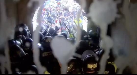 의사당으로 밀려들어오는 시위대를 막기 위해 경찰들은 몸으로 버티는 수밖에 없었다. /해당 영상 캡쳐 [미 상원]
