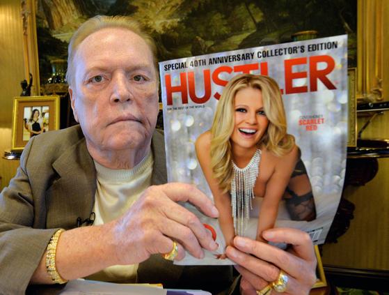 2014년 자신의 잡지 '허슬러'를 들고 있는 래리 플린트. AFP=연합뉴스
