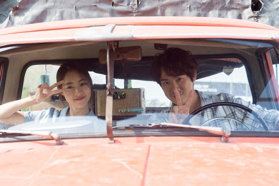 10일 개봉한 영화 '새해전야'에서 배우 이연희, 유연석이 아르헨티나 현지 촬영 막간 카메라를 보고 포즈를 취했다. [사진 에이스메이커무비웍스]