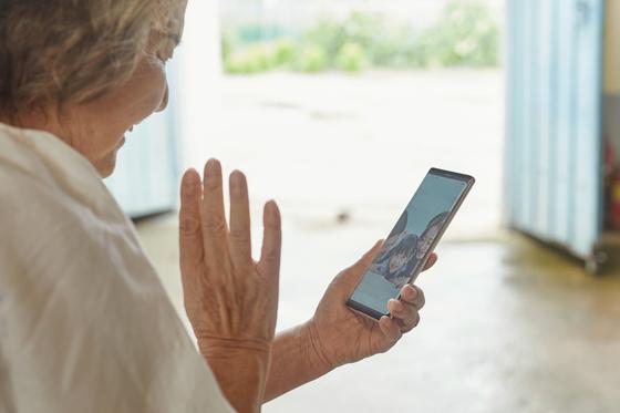 코로나19로 고향에 찾아오지 못한 자녀들과 영상통화하고 있는 할머니 모습. 사진 게티이미지뱅크