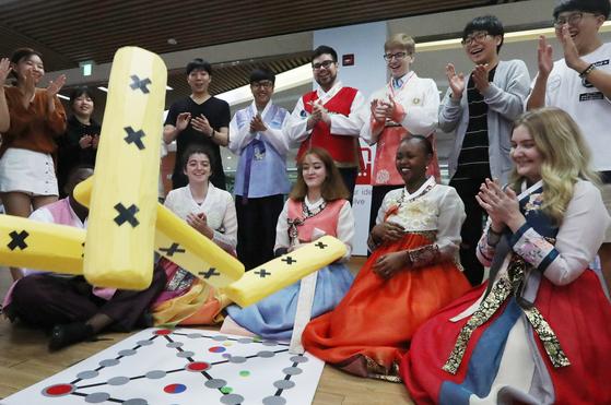 동서대 외국인 유학생들이 부산 사상구 동서대 스튜던트플라자에서 한복을 입고 윷놀이 체험을 하고있다. 송봉근 기자