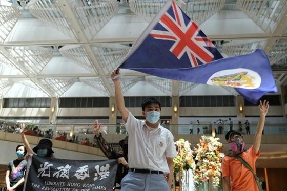 결국 노부모 만 남겨두고 … '홍콩 버전 거위'의 불안한 이론