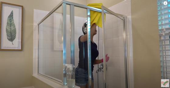 유튜버 제시카 툴이 욕실 청소 하는 장면. 툴은 거실, 욕실, 주방 등 청소하는 모습을 40분 분량으로 찍어 공개한다. [유튜브 Jessica Tull 캡처]