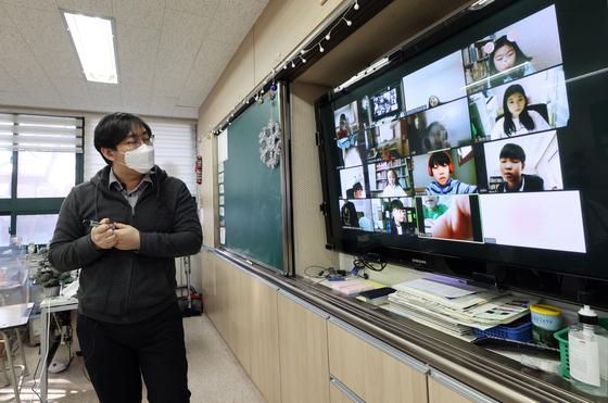 신종 코로나바이러스 감염증(코로나19) 확산으로 서울 한 초등학교에서 줌(ZOOM)을 활용한 원격수업이 이뤄지고 있다. 연합뉴스