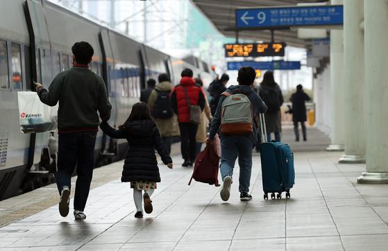 10일 서울역 승강장에서 시민들이 부산행 KTX 열차에 탑승하기 위해 이동하고 있다. 연합뉴스