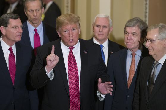 2019년 도널드 트럼프 미국 대통령과 공화당 의원들. [AP=연합뉴스]