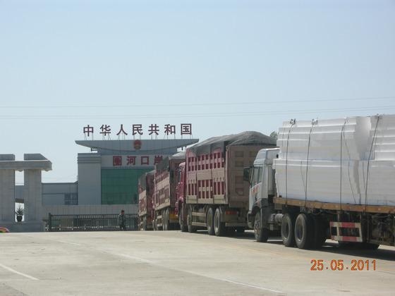 2011년 5월 북·중 접경지역인 중국 취안허 (圈河) 세관앞에서 북한으로 건너가기 위해 트럭들이 통행허가를 기다리고 있다. [중앙포토]