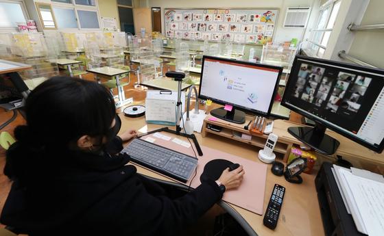 지난해 12월 15일 오전 인천의 한 초등학교 교실에서 교사가 원격 수업 준비를 하고 있다.뉴스1