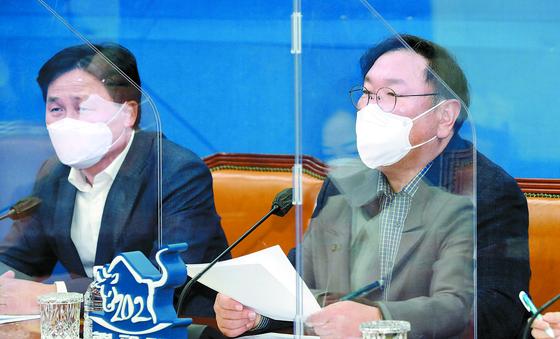 """김태년 민주당 원내대표(오른쪽)는 14일 국회에서 기자회견을 열고 4차 재난지원금에 대해 """"3차 대유행 피해 복구를 신속히 지원하기 위해 맞춤형 피해 지원부터 논의하겠다""""고 밝혔다. [뉴스1]"""