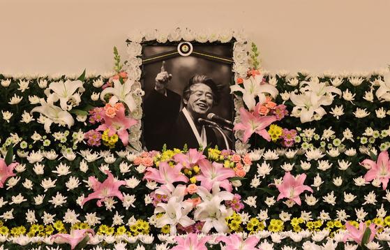 15일 오후 백기완 통일문제연구소장의 빈소가 마련된 서울 종로구 서울대학교병원 장례식장에 영정사진이 놓여 있다. 뉴스1
