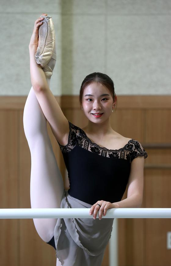 올해 로잔발레콩쿠르 여성 1위인 서울예고 윤서정 양이 9일 학교 연습실에서 몸을 풀고 있다. 김상선 기자