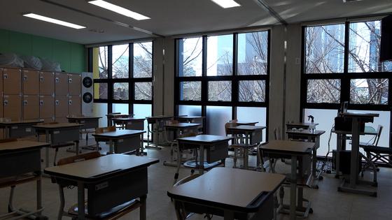 모듈러 교사는 컨테이너와 달리 채광이 일반 건물과 비슷하게 만들 수 있다. 사진은 조치원여중의 교실 모습. 여운하PD