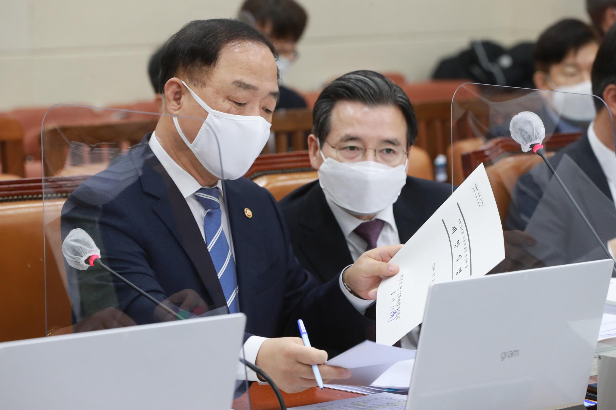 홍남기 부총리 겸 기획재정부 장관(왼쪽)과 김용범 1차관. 중앙포토