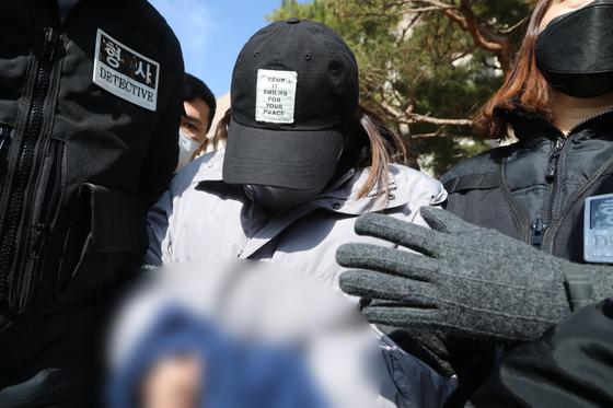 경북 구미서 3살 딸을 방치해 사망에 이르게 한 혐의를 받고 있는 친모 A씨가 설날인 지난 12일 대구지법 김천지원에서 구속 전 피의자심문(구속 영장실질심사)을 마치고 나서고 있다. 뉴스1