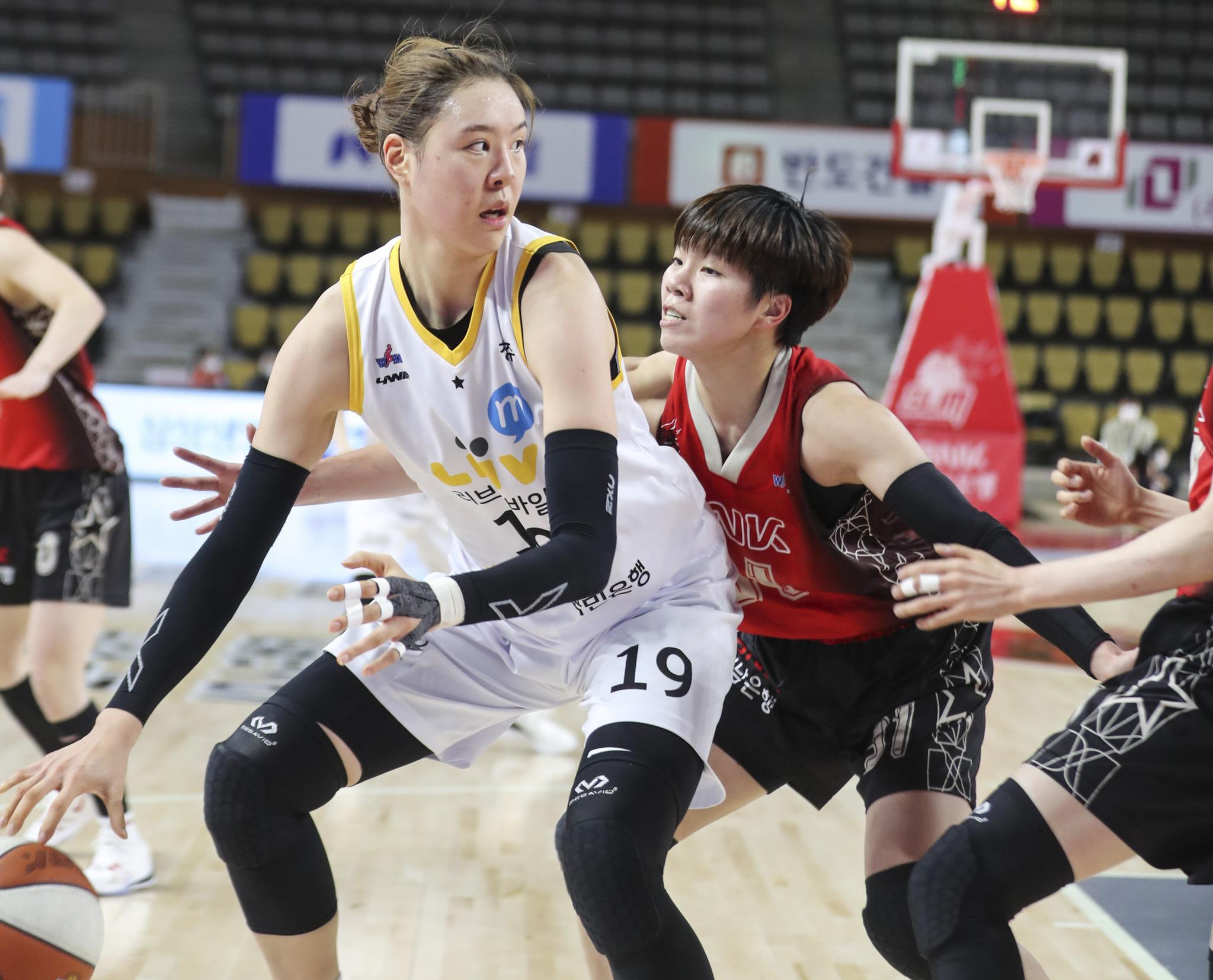 여자프로농구 KB 박지수가 15일 부산 BNK 센터에서 열린 BNK와 경기에서 드리블하고 있다. [연합뉴스]