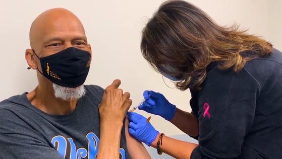 올해 73세로 미 CDC 기준 우선접종 대상이 된 카림 압둘 자바는 지난달 코로나19 백신 주사를 맞았다. 그는 젊은 흑인들의 접종률을 높이기 위해 NBA 선수들에게 우선 접종을 하자고 제안했다. [사진=NBA]