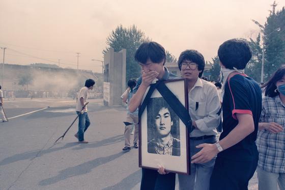 1987년 7월9일 이한열 열사의 장례식 당시 이 열사의 영정 사진을 들고 울고 있는 우상호 당시 연세대학교 학생회장. (이한열 기념사업회 제공) 뉴스1