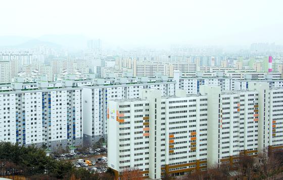 지난해 7월 말 새 임대차보호법 시행 이후 서울·수도권 지역에서 보증금과 월세를 함께 내는 이른바 '반전세' 거래가 증가한 것으로 나타났다. 사진은 14일 서울 노원구 아파트 단지의 모습. [뉴스1]
