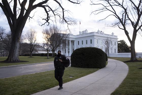미국 비밀경호국 요원이 지난달 23일 백악관 북쪽에서 이동하고 있다. [EPA=연합뉴스]