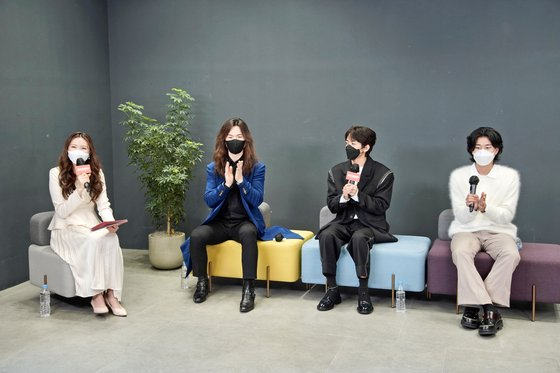 16일 유튜브 JTBC엔터테인먼트 채널을 통해 공개된 '싱어게인' 톱3 기자간담회. 코로나19 확산 방지를 위해 출연자 모두 마스크를 착용하고 진행했다. 왼쪽부터 김하은 아나운서와 정홍일, 이승윤, 이무진. [사진 JTBC}