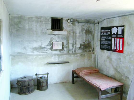 안중근 의사는 1910년 3월 26일 순국 직전까지 글을 쓰며 동아시아 평화를 염원했다. 안 의사가 수감됐던 중국 뤼순 감옥 독방. [중앙포토]