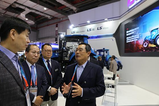 구자열 LS그룹 회장(가운데)이 2018년 중국 상해 국립전시컨벤션센터에서 열린 제1회 중국 국제수입박람회에서 참석해 얘기를 나누고 있다. 사진 LS그룹