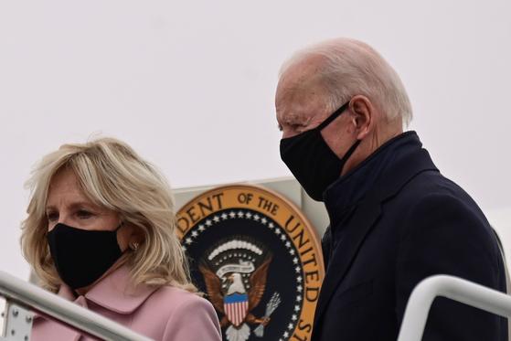 조 바이든 미국 대통령과 부인 질 여사가 15일 앤드루스 공군기지에서 에어포스원에서 내리고 있다. 바이든 부부는 대통령 별장인 캠프 데이비드에서 연휴를 보내고 워싱턴으로 돌아왔다. [로이터=연합뉴스]