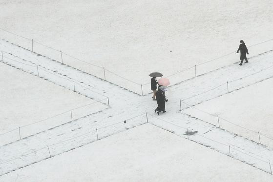 서울과 수도권 지역에 눈발이 날리기 시작한 16일 오후 서울 중구 프레스센터에서 바라본 서울시청광장 모습. 장진영 기자