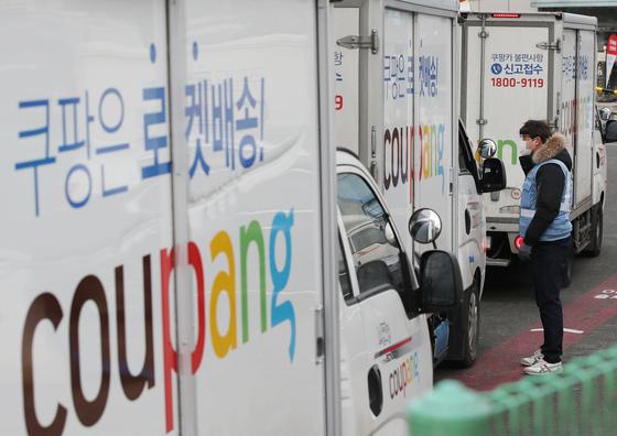 16일 서울 서초구 쿠팡 서초1배송캠프에서 직원이 배송원과 이야기를 하고 있다. 연합뉴스