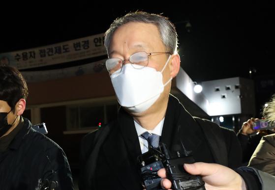 월성 1호기 원전 경제성 평가 조작에 관여한 혐의를 받고 있는 백운규 전 산업통상자원부 장관이 9일 대전지방법원으로부터 구속영장이 기각되자 대전구치소를 나서며 취재진의 질문을 받고 있다. 뉴스1