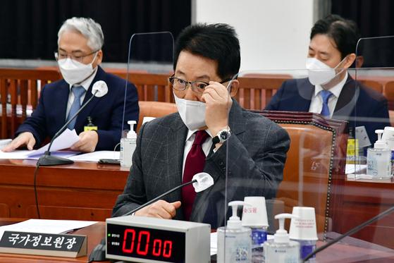 박지원 국가정보원장이 16일 서울 여의도 국회에서 열린 정보위원회 전체회의에 참석해 회의 시작을 기다리고 있다. 박 원장은 이날 이명박 정부 당시 불법 사찰 의혹과 관련해 국회 정보위원 3분의 2 이상이 요구하면 비공개를 전제로 보고할 수 있다고 밝혔다. 오종택 기자