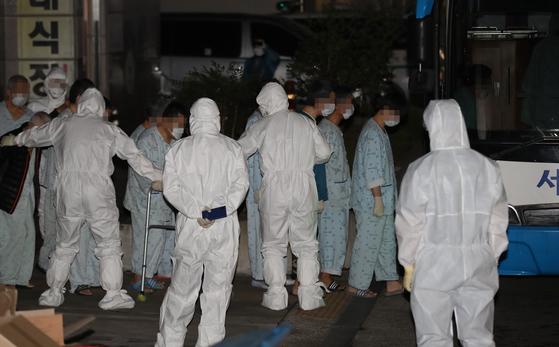 지난해 3월 대구시 달성군 한 병원에서 신종 코로나바이러스 감염증(코로나19) 확진자가 집단 발생했다. 연합뉴스,