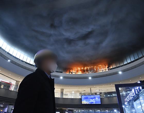 지난 15일 오후 경기 수원시 수원역사 야외주차장 창고에서 불이 나 코레일 직원들이 역사 출입을 통제하고 있다. 연합뉴스