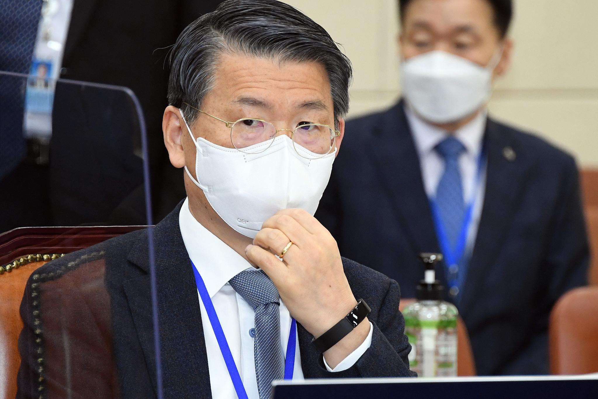 은성수 금융위원회위원장이 17일 국회에서 열린 정무위원회전체회의에서 질의를 듣고 있다. 오종택 기자