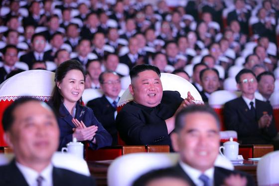 북한 노동당 기관지 노동신문은 17일 김정은 당 총비서가 전날 당 중 앙지도기관 성원들과 함께 광명성절 기념 공연을 관람하였다고 보도했다. 김 총비서의 부인 이설주 여사도 약 1년 만에 공식석상에 모습을 보였다.  노동신문=뉴스1