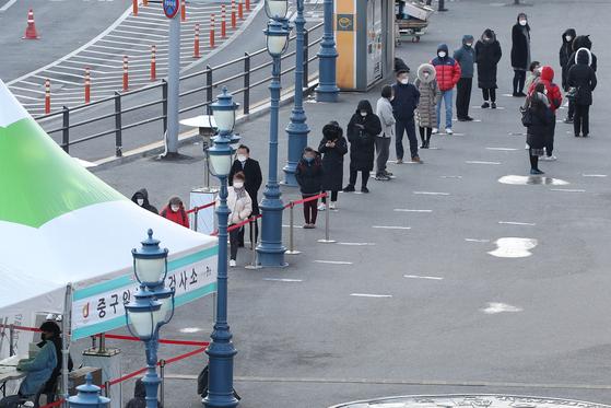 코로나19 신규 확진자수가 600명 대를 기록한 17일 오전 서울역광장에 마련된 임시선별검사소에서 시민들이 검사를 위해 대기하고 있다. [연합뉴스]
