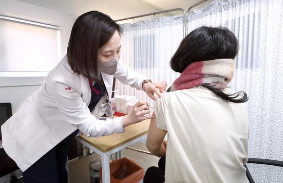 9일 서울 중구 국립중앙의료원 중앙예방접종센터에서 진행된 코로나19 백신 접종 모의훈련에서 참가자들이 백신접종을 하고 있다. 연합뉴스