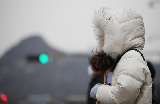 전국 아침 기온이 전날보다 10도 이상 떨어져 추운 날씨를 보인 지난 16일 오전 두꺼운 복장을 한 시민들이 서울 광화문사거리를 지나고 있다. 연합뉴스