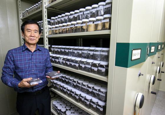 지난 10일 정규화 전남대학교 교수가 자신의 콩 종자 보관실에서 연구물을 살펴보고 있다. 그는 30년 동안 7000여 점의 한국 야생·토종 콩을 보존해오고 있다. 프리랜서 장정필