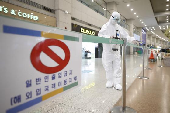 인천국제공항 1터미널에서 관계자들이 방역을 하고 있다. 뉴시스